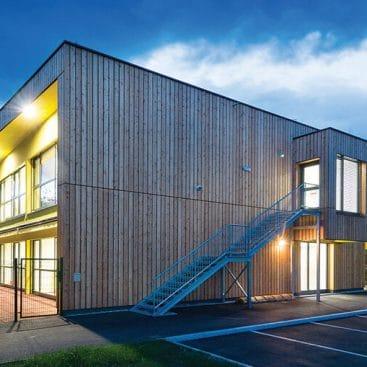 Iz masivnih lesenih sten lahko gradimo tudi velike in javne objekte, kot je masivni lesen vrtec v Šmartnem pri Slovenj Gradcu.
